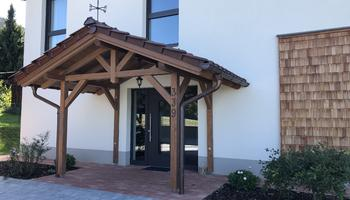 Vordach und Schindelfassade