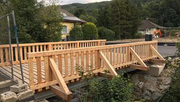 Brücke mit Holzbelag