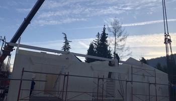 Massivholzwände mit Sichtdachstuhl